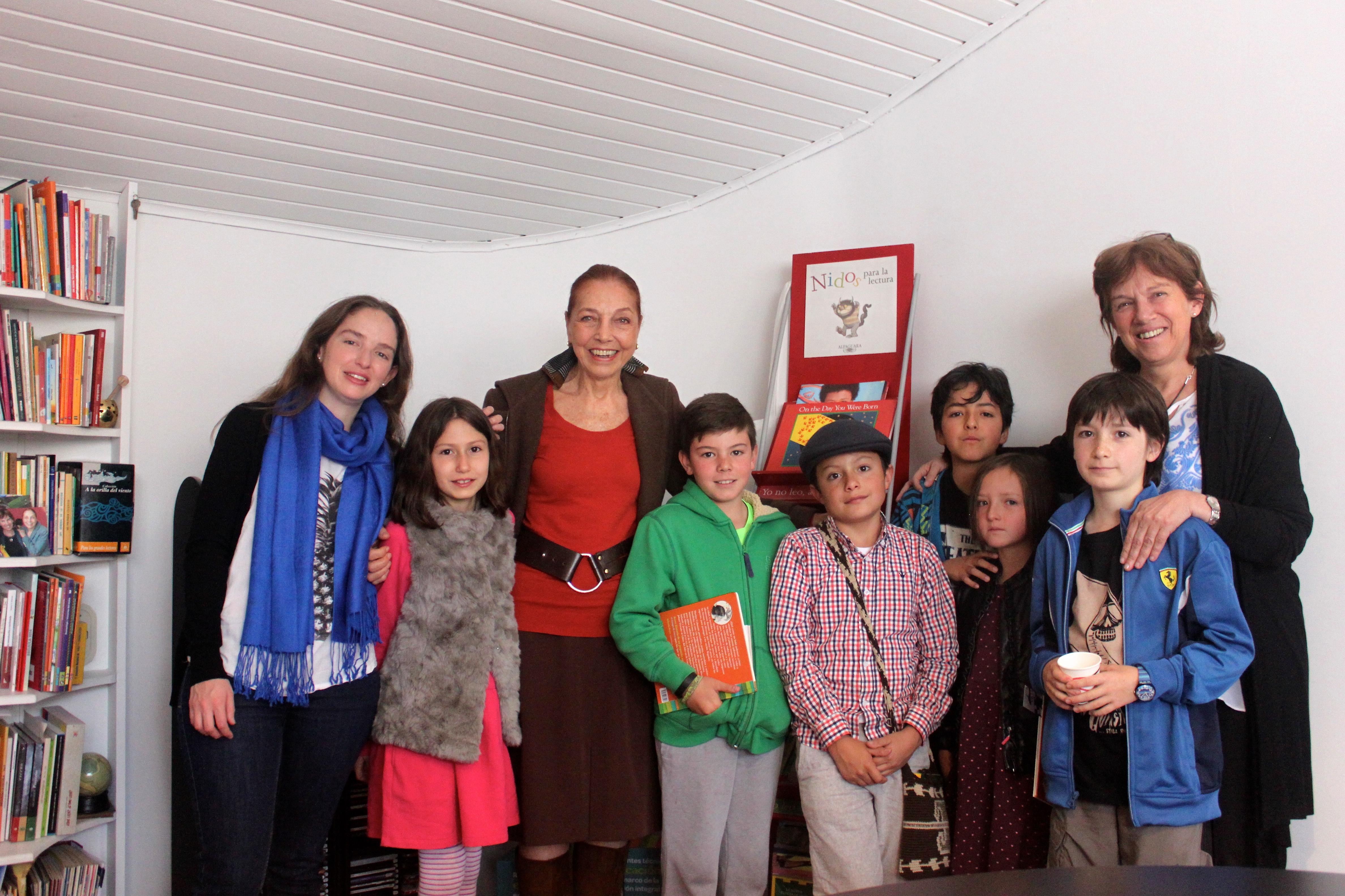 Niños del comite literario con las dos autoras